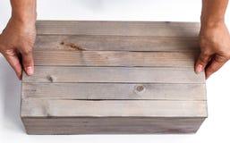 As mãos fêmeas abrem uma caixa de presente de madeira Fotografia de Stock Royalty Free