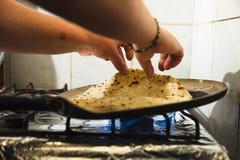 As mãos fêmeas fritam em uma frigideira um Caucasian clássico Imagem de Stock Royalty Free