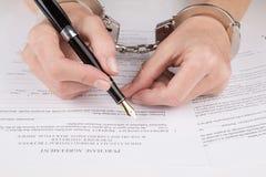 As mãos fêmeas nas algemas enchem o contrato fotografia de stock royalty free