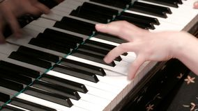 As mãos fêmeas pressionam chaves do piano Jogo do piano Close-up Tema musical Programa do concerto filme