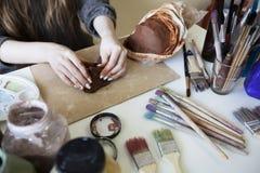 As mãos fêmeas são moldadas da argila Fotos de Stock Royalty Free