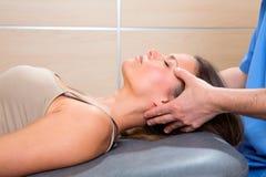 Mãos faciais do doutor do reflexology na cara da mulher Imagem de Stock Royalty Free