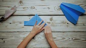 As mãos fazem um avião de papel filme