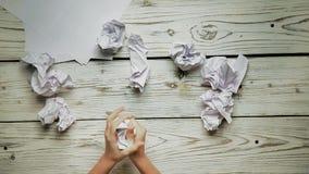 As mãos fazem um avião de papel vídeos de arquivo