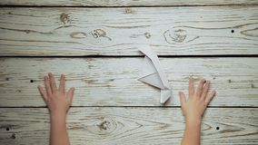 As mãos fazem uma parte de papel 4 do barco vídeos de arquivo