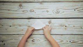 As mãos fazem uma parte de papel 3 do barco video estoque
