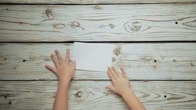 As mãos fazem uma parte de papel 1 do barco video estoque