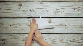 As mãos fazem uma parte de papel 2 do barco filme