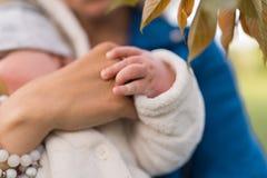 As mãos fecham-se acima - mulher nova da mãe que aprecia o tempo livre com sua criança do bebê - da criança branca caucasiano com fotos de stock