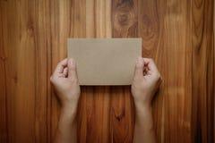As mãos guardam o papel vazio imagens de stock royalty free