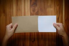 As mãos guardam o papel vazio fotografia de stock royalty free