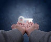 As mãos guardam uma chave Fotografia de Stock