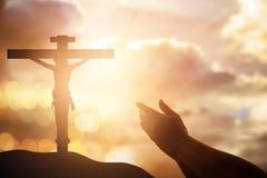 As mãos humanas abrem a adoração ascendente da palma A terapia do Eucaristia abençoa o deus ele imagem de stock royalty free