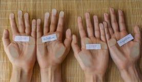 As mãos humanas com as palavras param o abuso e as injustiças imagens de stock royalty free