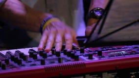As mãos jogam o teclado de piano rápido vídeos de arquivo