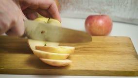 As mãos masculinas cortaram a maçã vídeos de arquivo