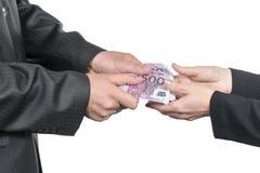 As mãos masculinas dão o dinheiro à fêmea foto de stock