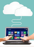As mãos masculinas estão funcionando no portátil Imagens de Stock
