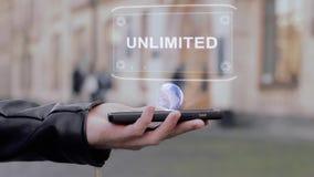 As mãos masculinas mostram no holograma conceptual de HUD do smartphone ilimitado