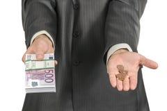 As mãos masculinas oferecem o dinheiro fotos de stock