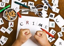 As mãos masculinas uniram letras na palavra - crime. Fotografia de Stock Royalty Free