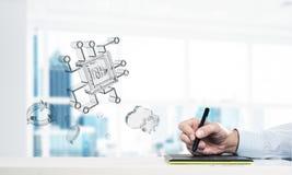 As mãos masculinas usando ícones da tabuleta e do vidro de gráficos voam no ar mistura imagem de stock