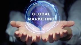 As mãos mostram a holograma redondo o mercado global video estoque