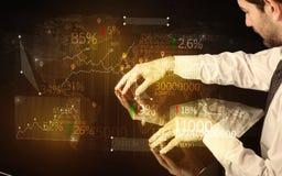 As mãos navegam na elevação - tabela esperta da tecnologia com ícones do negócio Fotografia de Stock