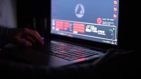 As mãos nervosas do ` s dos homens estão datilografando no texto do portátil na tentativa de resolver o problema Close-up vídeos de arquivo