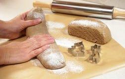 As mãos preparam a massa para a sobremesa do Natal imagem de stock royalty free