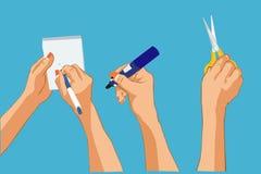 As mãos que escrevem a nota, guardando a pena de Whiteboard, guardando scissors Fotografia de Stock Royalty Free