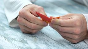 As mãos que fazem quatro aguçado shuriken o origâmi filme
