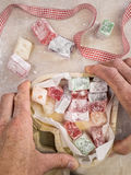 As mãos que guardam um coração deram forma à caixa de madeira que contém o delig turco Imagem de Stock Royalty Free