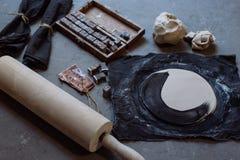 As mãos que trabalham na cerâmica rodam, estilo retro tonificado Imagens de Stock Royalty Free