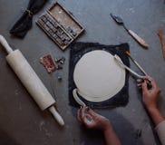 As mãos que trabalham na cerâmica rodam, estilo retro tonificado Foto de Stock Royalty Free