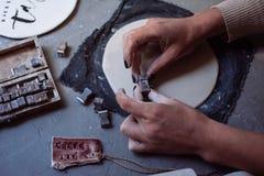 As mãos que trabalham na cerâmica rodam, estilo retro tonificado Fotos de Stock Royalty Free