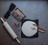 As mãos que trabalham na cerâmica rodam, estilo retro tonificado Fotos de Stock