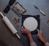 As mãos que trabalham na cerâmica rodam, estilo retro tonificado Imagens de Stock