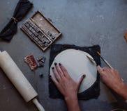 As mãos que trabalham na cerâmica rodam, estilo retro tonificado Fotografia de Stock