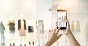 As mãos que usam o telefone esperto tomam uma exposição da foto foto de stock royalty free