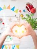 As mãos são empilhadas no coração na perspectiva da vida da Páscoa ainda fotos de stock