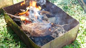 As mãos são grade ou assado grelhado do marisco com carvão vegetal no partido filme