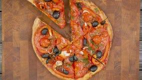 As mãos tomam fatias de pizza do vegetariano da placa de madeira, param a animação do movimento vídeos de arquivo