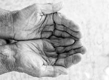 As mãos velhas imploram fotos de stock