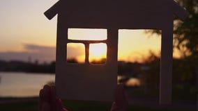As m?os do close-up guardam a casa no por do sol filme