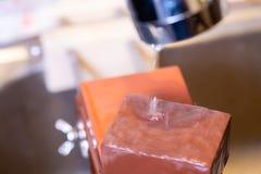as m?os profissionais do cozinheiro chefe da mulher guardam a faca para afiar na m? pedra profissional superior de jap?o faca que foto de stock