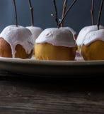 As maçãs cozidas em uma merengue com vidoeiro ramificam Imagem de Stock Royalty Free