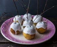 As maçãs cozidas em uma merengue com vidoeiro ramificam Imagens de Stock Royalty Free