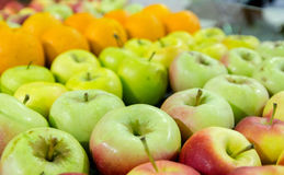 As maçãs e as laranjas estão no contador imagens de stock