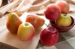 As maçãs e as peras do outono iluminaram retroiluminado Fotografia de Stock Royalty Free